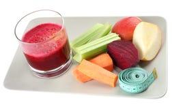 Jugo e ingredientes frescos para una dieta sana encendido Foto de archivo libre de regalías