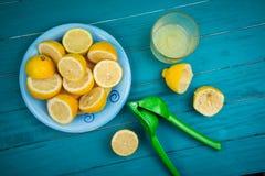 Jugo exprimido limón orgánico hecho en casa Fotos de archivo