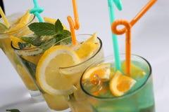 Jugo fresco anaranjado con la cal y la menta del limón Fotografía de archivo libre de regalías