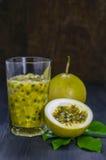 Jugo fresco de la fruta de la pasión en vidrio Foto de archivo