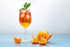 Jugo fresco de la mandarina con hielo imagenes de archivo
