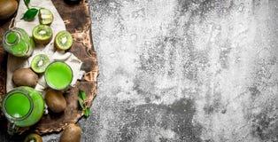 Jugo fresco de las rebanadas del kiwi Imagenes de archivo