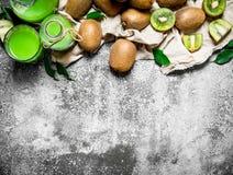 Jugo fresco de las rebanadas del kiwi Fotografía de archivo libre de regalías