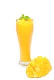Jugo fresco del mango en un vidrio foto de archivo libre de regalías