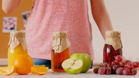 Jugo fresco orgánico hecho en casa de la bebida sana de la vitamina metrajes
