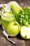 Jugo fresco verde con la manzana, el apio y el coriandro Fotografía de archivo