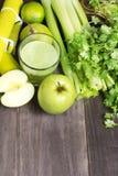 Jugo fresco verde con la manzana, el apio y el coriandro Foto de archivo libre de regalías