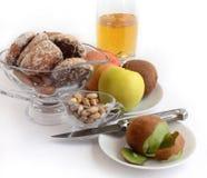 Jugo, galletas y fruta. imágenes de archivo libres de regalías