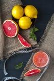 Jugo, limones y cinta métrica de pomelo Imagen de archivo libre de regalías