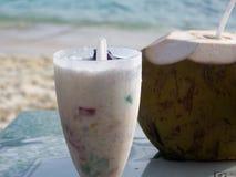 Jugo natural del coco y bebida tropical Imágenes de archivo libres de regalías