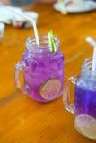 Jugo púrpura del guisante de mariposa adornado con el limón Fotografía de archivo libre de regalías
