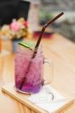 Jugo púrpura en el restaurante imagen de archivo libre de regalías