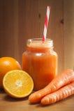 Jugo recientemente exprimido de la naranja y de zanahoria Imágenes de archivo libres de regalías