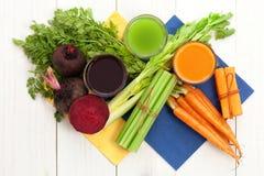 Jugo vegetal con la remolacha y el apio de la zanahoria Foto de archivo libre de regalías