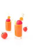 Jugo vegetal en vidrios y tomates cortos Foto de archivo libre de regalías