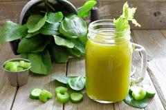 Jugo vegetal verde sano en un vidrio del tarro de albañil, aún vida Fotografía de archivo