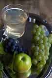 Jugo y fruta Imagenes de archivo