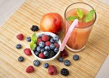 Jugo y frutas foto de archivo