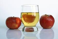 Jugo y manzanas Foto de archivo libre de regalías