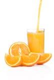 Jugo y naranja que fluyen Foto de archivo libre de regalías