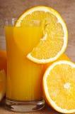 Jugo y rebanada frescos de naranja Imagen de archivo libre de regalías