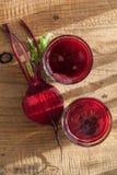 Jugo y verdura sanos frescos de las remolachas Foto de archivo