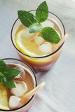 Jugos de fruta. Jugo fresco del albaricoque con el limón imagen de archivo libre de regalías