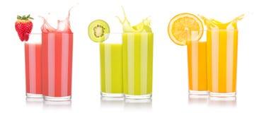 Jugos de fruta sabrosos del verano en vidrio con el chapoteo Imagen de archivo libre de regalías