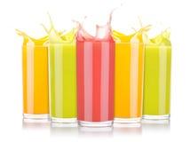 Jugos de fruta sabrosos del verano en vidrio con el chapoteo fotografía de archivo libre de regalías