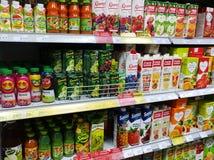 Jugos en el paquete en los estantes de un supermercado fotografía de archivo