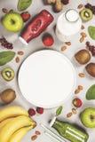 Jugos o smoothies frescos verdes y rojos Imagen de archivo