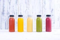 Jugos vegetales crudos planchados en frío orgánicos en las botellas de cristal Vitamina y comida sana Copie el espacio Fotografía de archivo libre de regalías