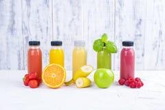 Jugos vegetales crudos planchados en frío orgánicos en las botellas de cristal Vitamina y comida sana Copie el espacio foto de archivo