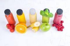 Jugos vegetales crudos planchados en frío orgánicos en las botellas de cristal Vitamina y comida sana Copie el espacio Fotos de archivo libres de regalías
