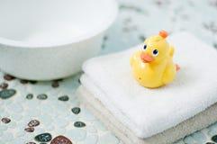 Juguete amarillo plástico del pato en cuarto de baño. Imagen de archivo libre de regalías