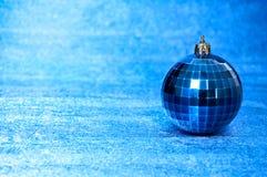 Juguete azul de la Navidad en un primer azul del fondo Año Nuevo, fondo de la Navidad Fotografía de archivo libre de regalías