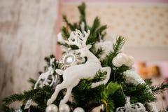 Juguete blanco de la decoración del árbol de navidad bajo la forma de ciervos Imagen de archivo libre de regalías