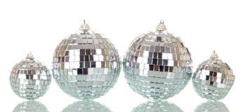 Juguete-bolas grandes y pequeñas del espejo, alineadas maravillosamente Fotos de archivo libres de regalías