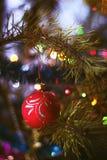 Juguete borroso de la Navidad en el árbol del año, bokeh, foco suave, arte del fondo, el author& x27; proceso de s Fotografía de archivo libre de regalías