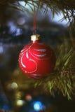 Juguete borroso de la Navidad en el árbol del año, bokeh, foco suave, arte del fondo, el author& x27; proceso de s Imagen de archivo libre de regalías