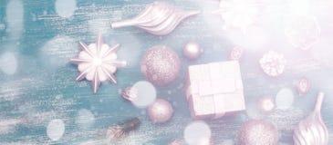 Juguete brillante de la composición decorativa del fondo de la Navidad de la bandera pintado en un fondo de madera Fotos de archivo