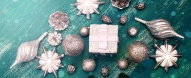 Juguete brillante de la composición decorativa del fondo de la Navidad de la bandera pintado en un fondo de madera Imagen de archivo libre de regalías