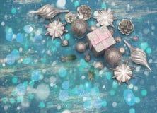Juguete brillante de la composición decorativa del fondo de la Navidad pintado en un fondo de madera Fotografía de archivo
