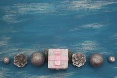 Juguete brillante de la composición decorativa del fondo de la Navidad pintado en un fondo de madera Foto de archivo