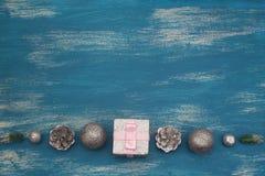 Juguete brillante de la composición decorativa del fondo de la Navidad pintado en un fondo de madera Imagen de archivo libre de regalías