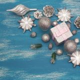 Juguete brillante de la composición decorativa del fondo de la Navidad pintado en un fondo de madera Fotos de archivo