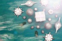 Juguete brillante de la composición decorativa del fondo de la Navidad pintado en un fondo de madera Imagen de archivo