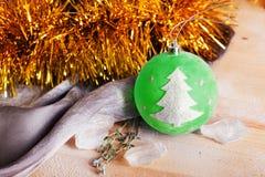 Juguete con una idea de la muestra del árbol, espacio de la Navidad Fotografía de archivo