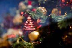 Juguete de cristal de la decoración del árbol de navidad bajo la forma de árbol de abeto rojo Fotografía de archivo libre de regalías