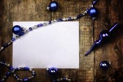Juguete de la bola de la Navidad del fondo del vintage en una tabla de madera Foto de archivo